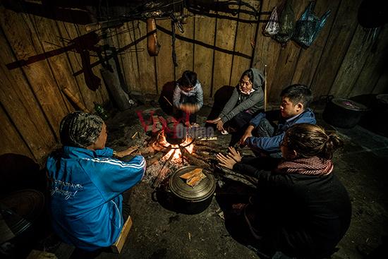 Quây quần bên bếp lửa xua tan giá lạnh