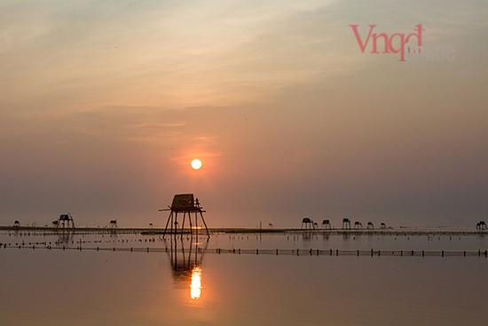 Bình minh Đồng Châu với mặt trời ló dạng ửng hồng rực rỡ
