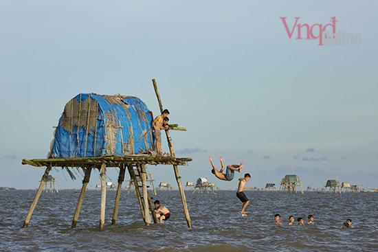 Buổi chiều những đứa trẻ nô đùa và tắm trên bãi biển