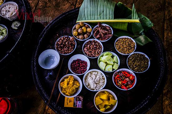 Các món ăn đều là những thứ họ tự trồng cấy trong năm như Lạc, đậu tương, bí đỏ, đỗ dải áo, khoai tây, dưa chuột, thịt trâu, rượu