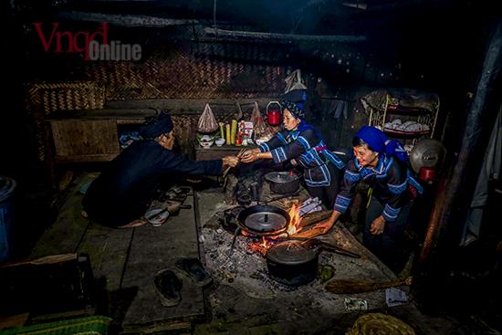 Khi cúng tổ tiên người Hà Nhì không thắp hương trên bàn thờ, mà chỉ thắp một ngọn đèn nhỏ trên bàn thờ Người làm lễ là người đàn ông chủ nhà, khi cúng người vợ đứng bên cạnh để phụ giúp