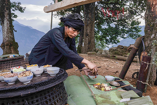 Thức ăn cúng lễ được thầy cúng đặt vào mảnh lá chuối ngay bên cạnh cột đu để cầu cho mùa màng bội thu, cầu cho mọi người đến chơi đều bình an, khoẻ mạnh, sinh sôi phát triển