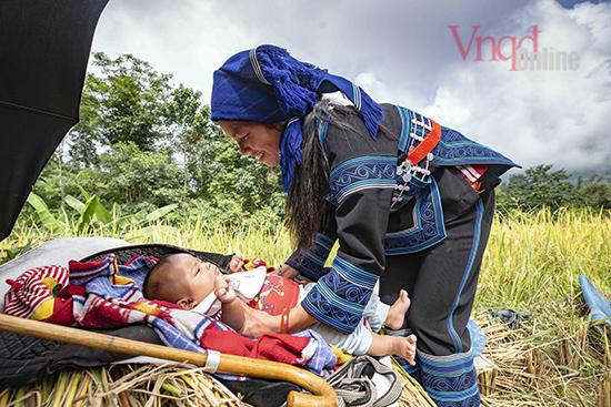 Không có nhiều thời gian trông con, người mẹ Hà Nhì tranh thủ lúc giải lao chơi với con