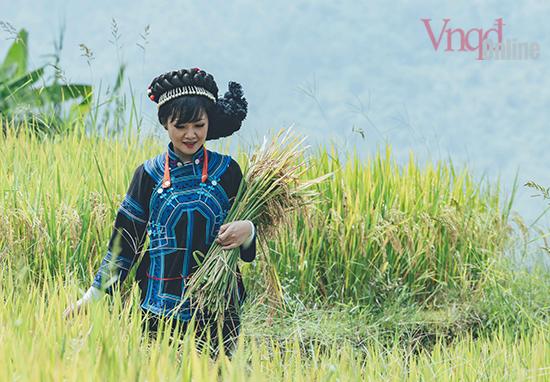 Thiếu nữ trong trang phục truyền thống của người Hà Nhì làm duyên