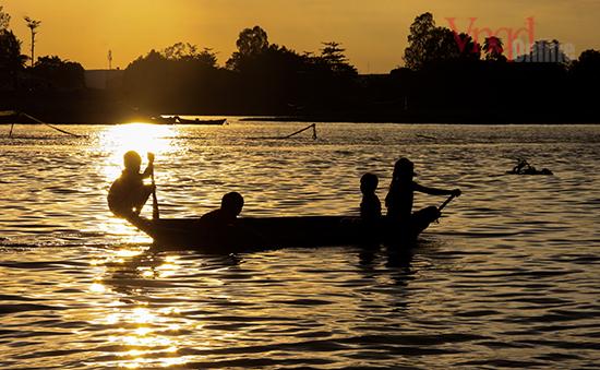 3 Những đứa trẻ nơi đây sớm thích nghi với đời sống sông nước