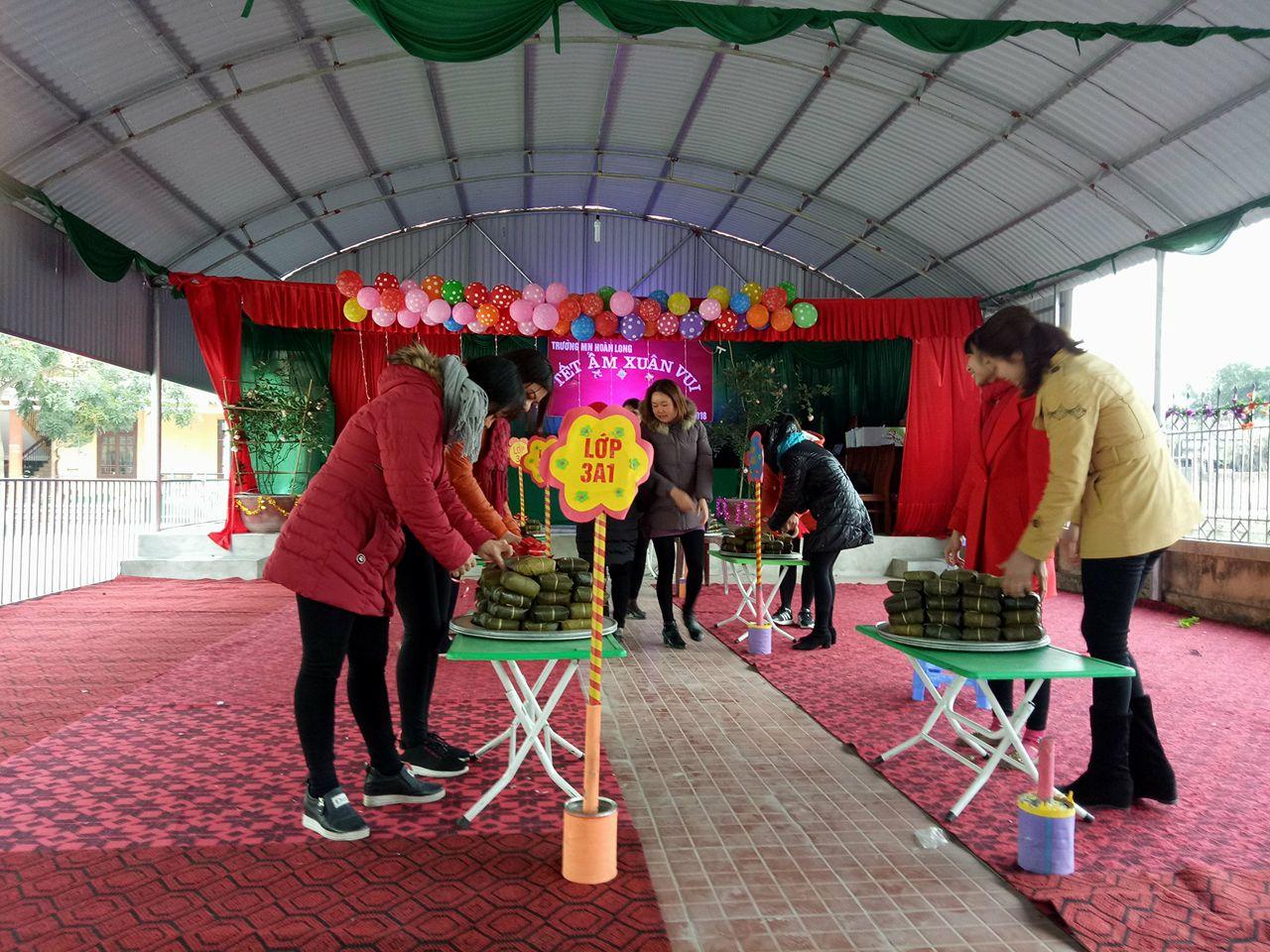 Các cô giáo trường Mầm non Hoàn Long đang chuẩn bị nội dung thực hành đón tết Nguyên Đán cho các con